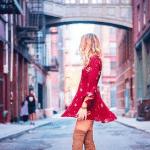 femme blonde avec une robe rouge et des cuissarde camel