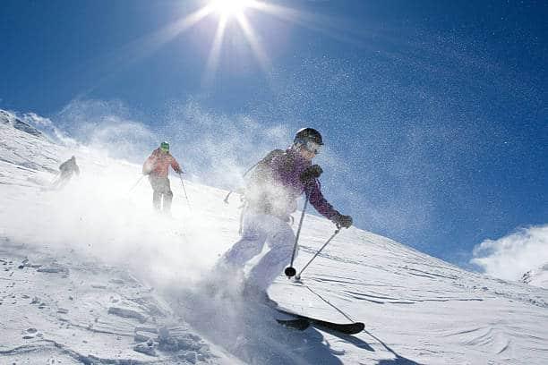 Skieurs en train de dévaler une piste