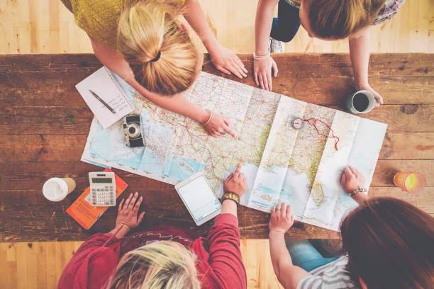 Femmes penchées sur une carte de voyage