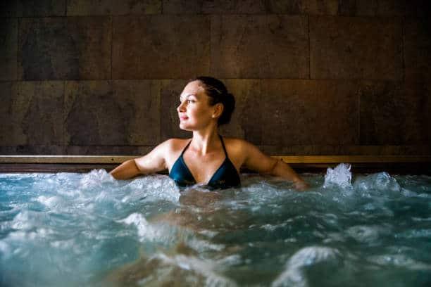 Femme dans piscine à bulles dans un spa