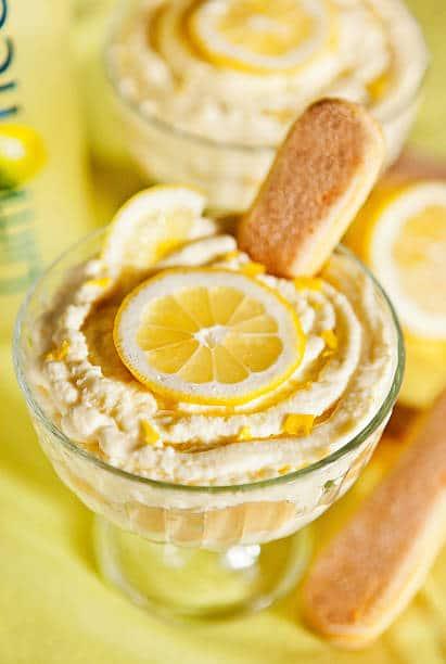 Coupe de tiramisu au citron décoré d'une rondelle de citron et d'un biscuit à la cuillère