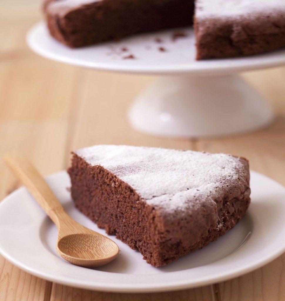 Une part de gâteau au chocolat dans une petite assiette blanche
