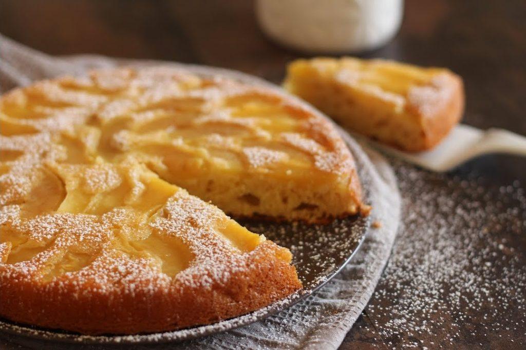 Gâteau aux pommes saupoudré de sucre glace