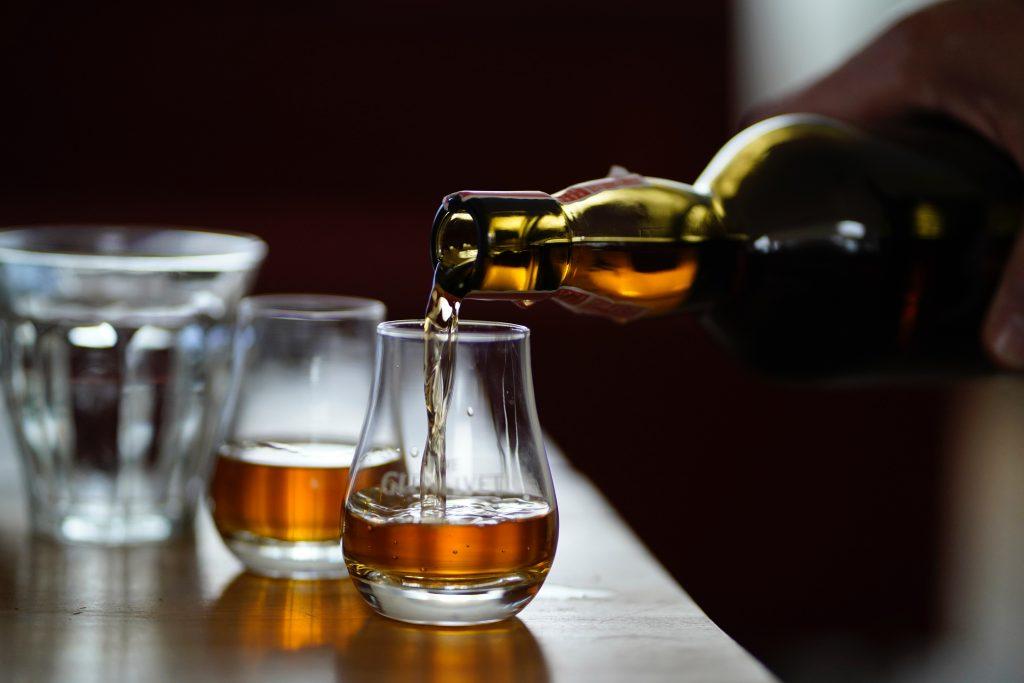 Deux verres de whisky en train d'être servis