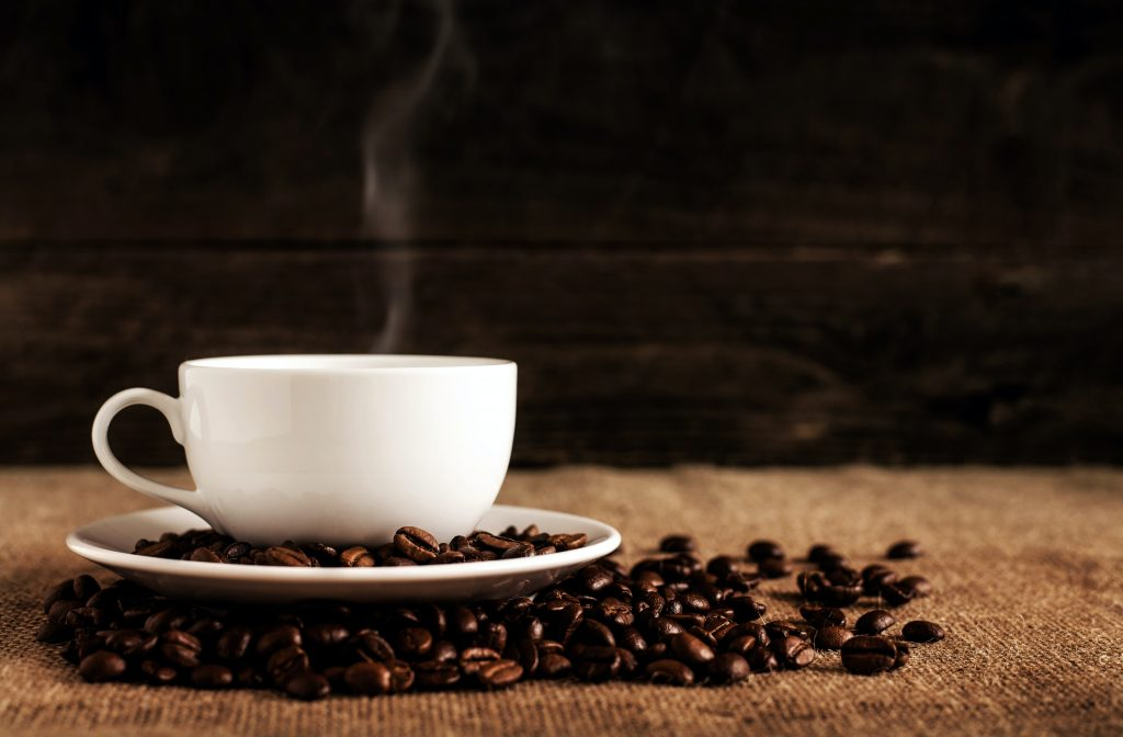 Tasse de café entourée de grains de café