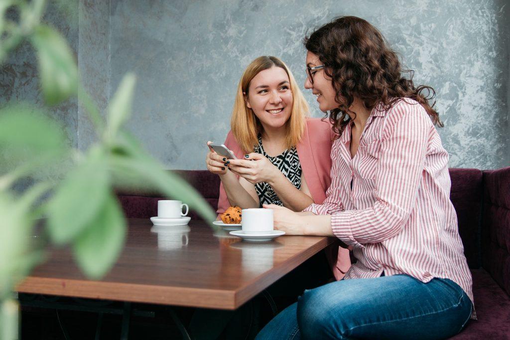deux femmes qui discutent dans un café