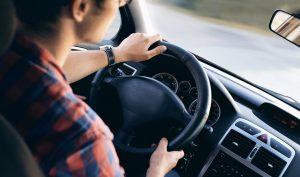 homme conduit voiture