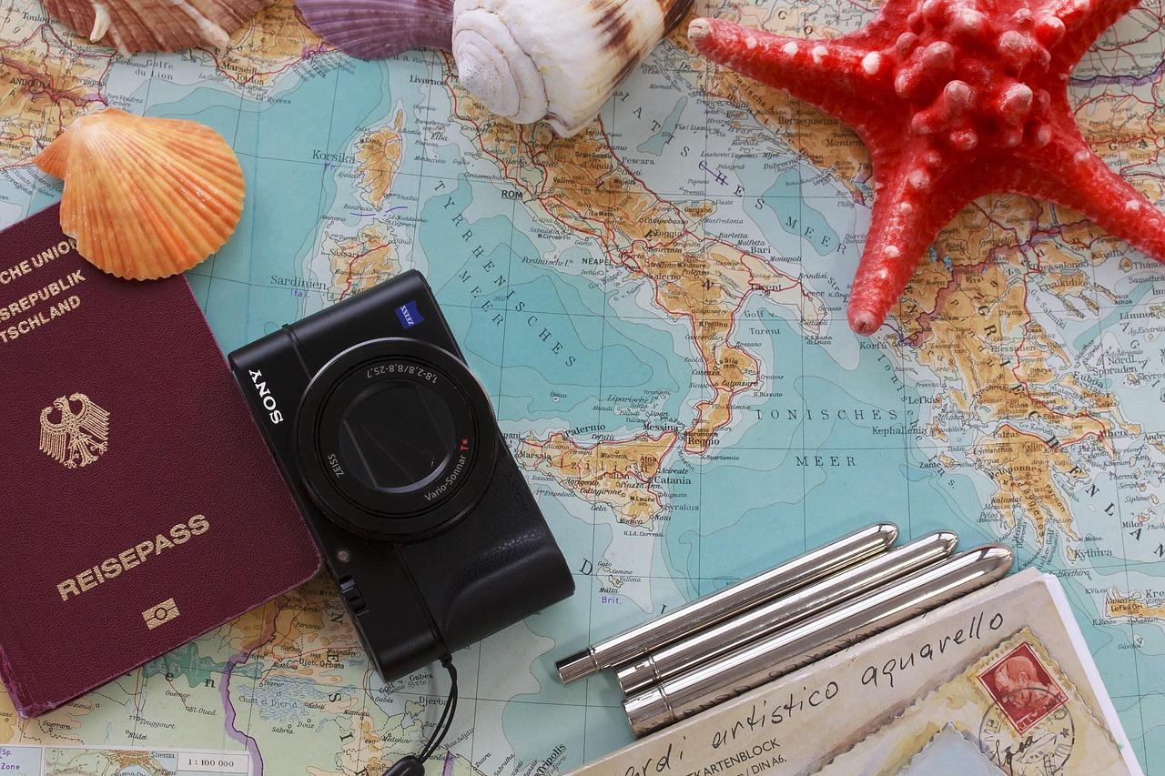 carte du monde appareil photo passeport étoile de mer coquillage