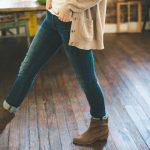 femme en jean gilet beige et bottines marron