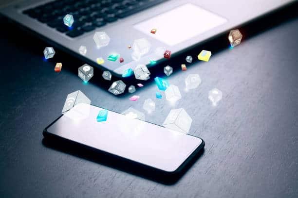Smartphone et ordinateur portable avec différents pictogrammes de partage et réseaux sociaux