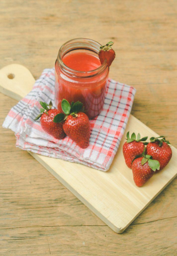 Soupe de fraise présenté dans un bocal à confiture