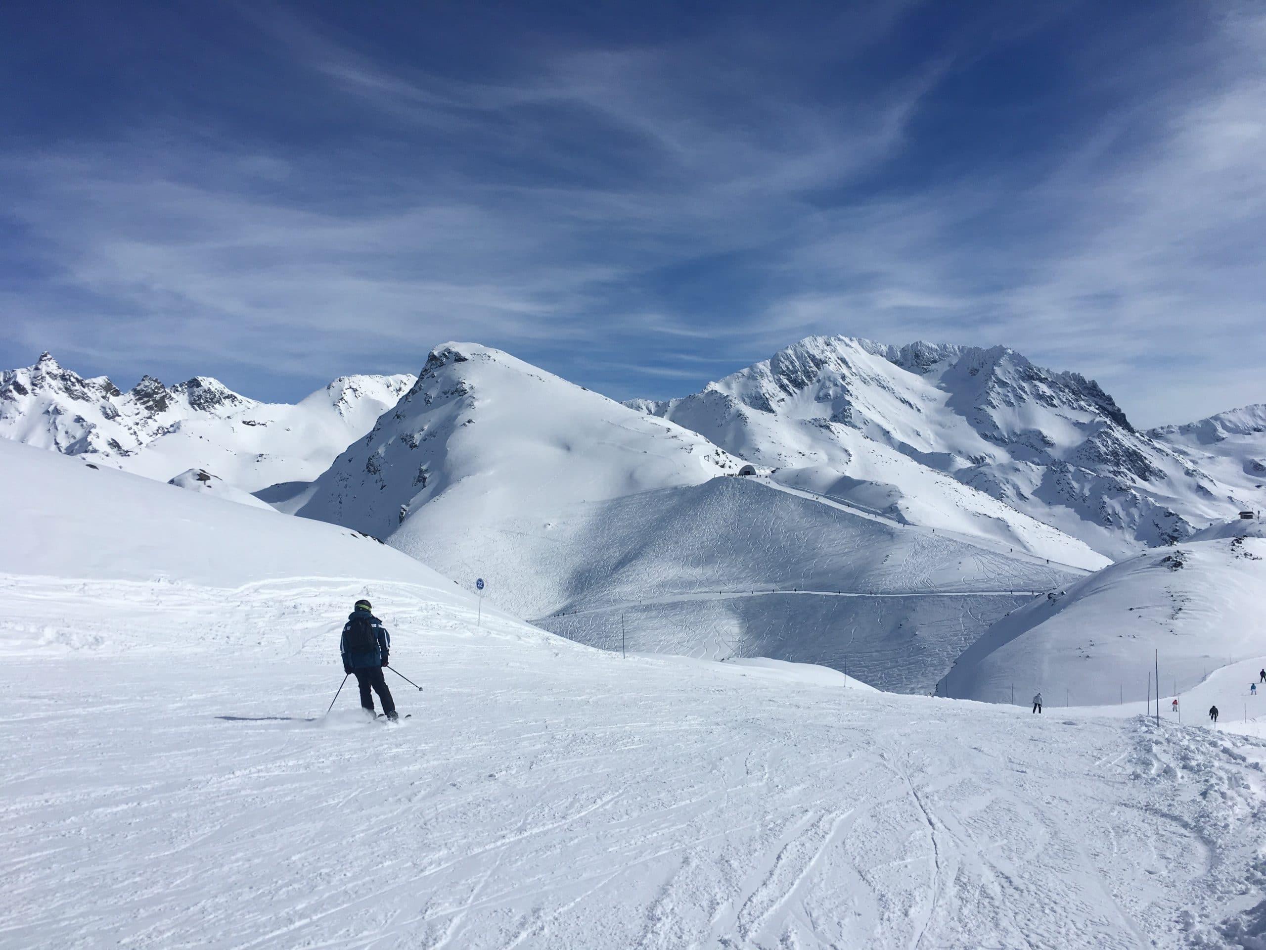 Skieur en haut d'une montagne enneigée
