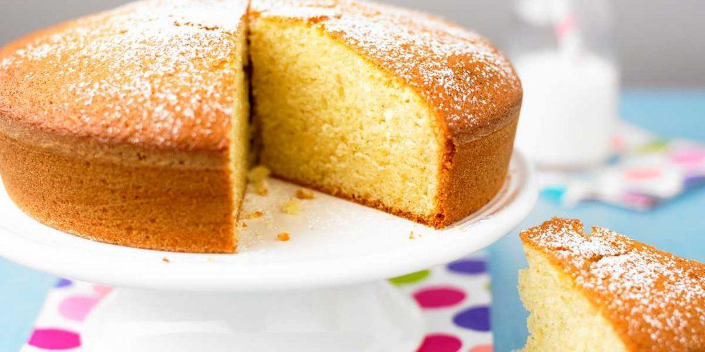 Gâteau au yaourt sur une assiette blanche