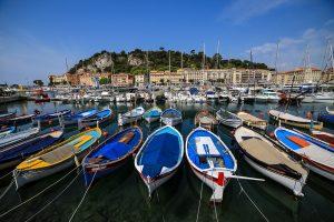 Port de Nice qui baigne dans la Mer Méditerranée