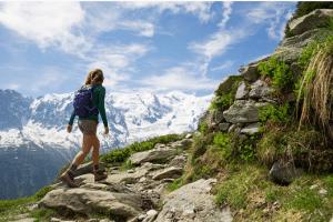 femme qui fait de la randonnée en montagne en été