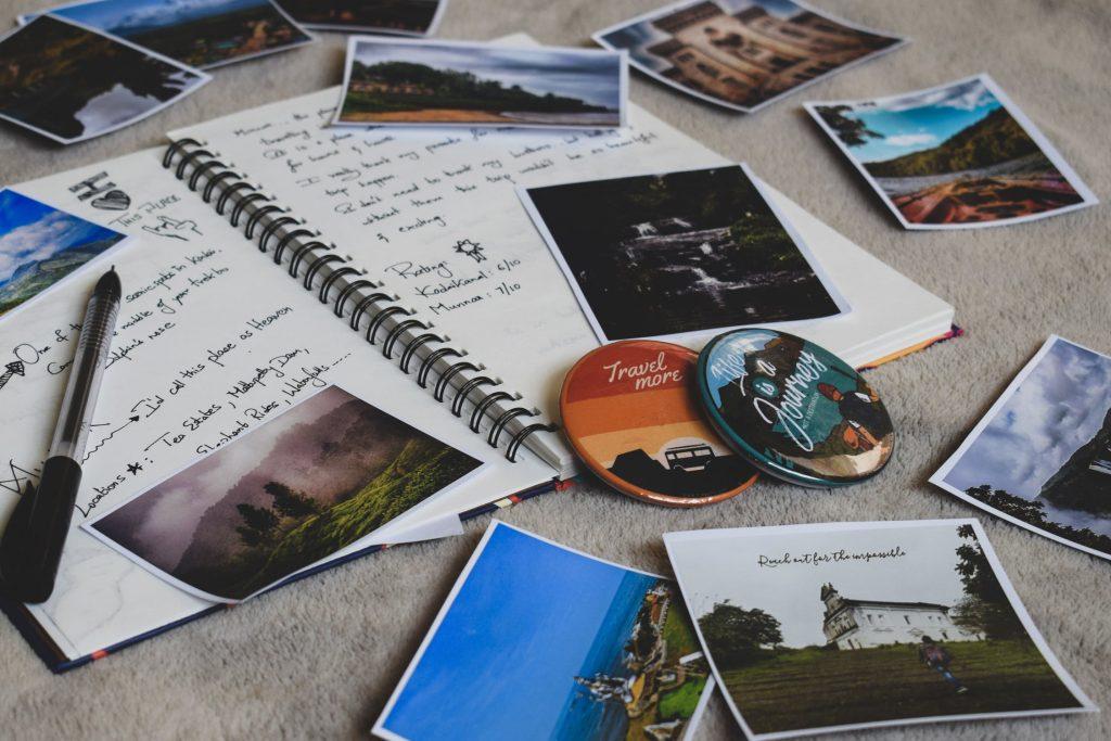 Carnet de voyage rempli de photos et d'objets souvenirs