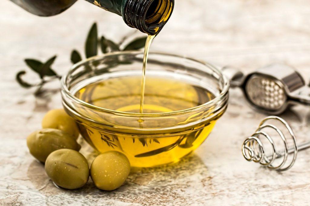 huile d'olive versée dans un récipient