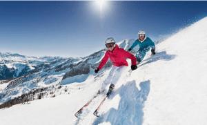 deux skieurs descendant une piste en skis