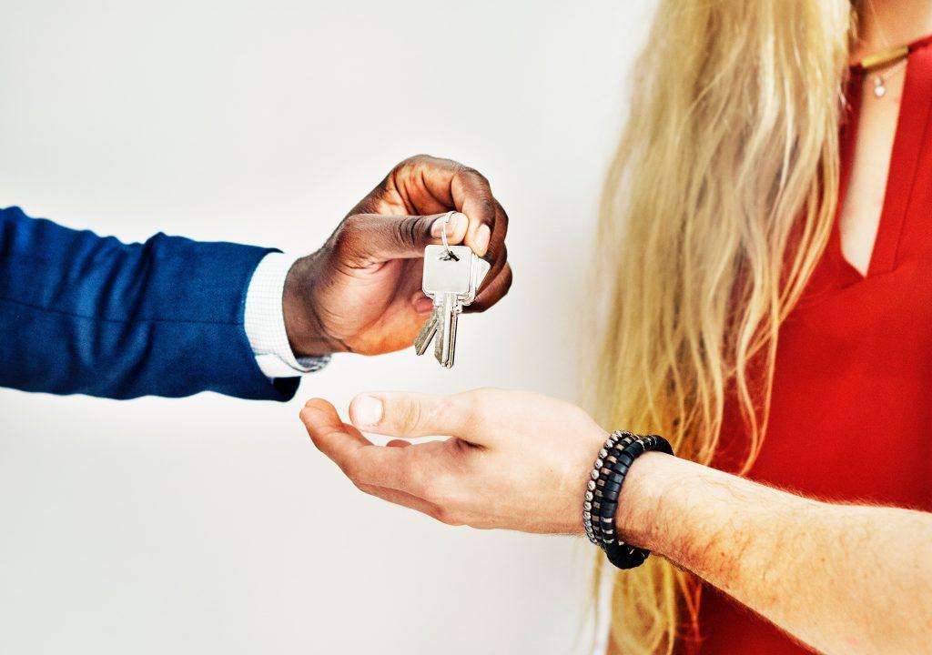 personne remettant des clés à une autre personne