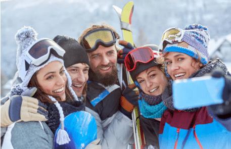 groupe d'amis prenant un selfie au ski