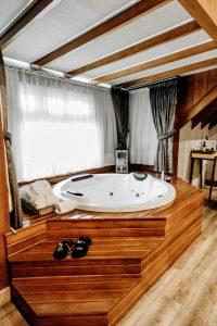 spa enterré sous abri en bois