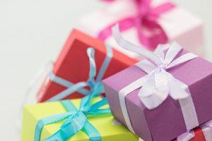 pile de cadeaux emballés avec des rubans autour