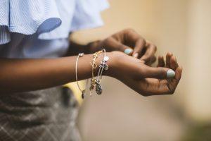 Jeune femme qui prend soin de ses bijoux
