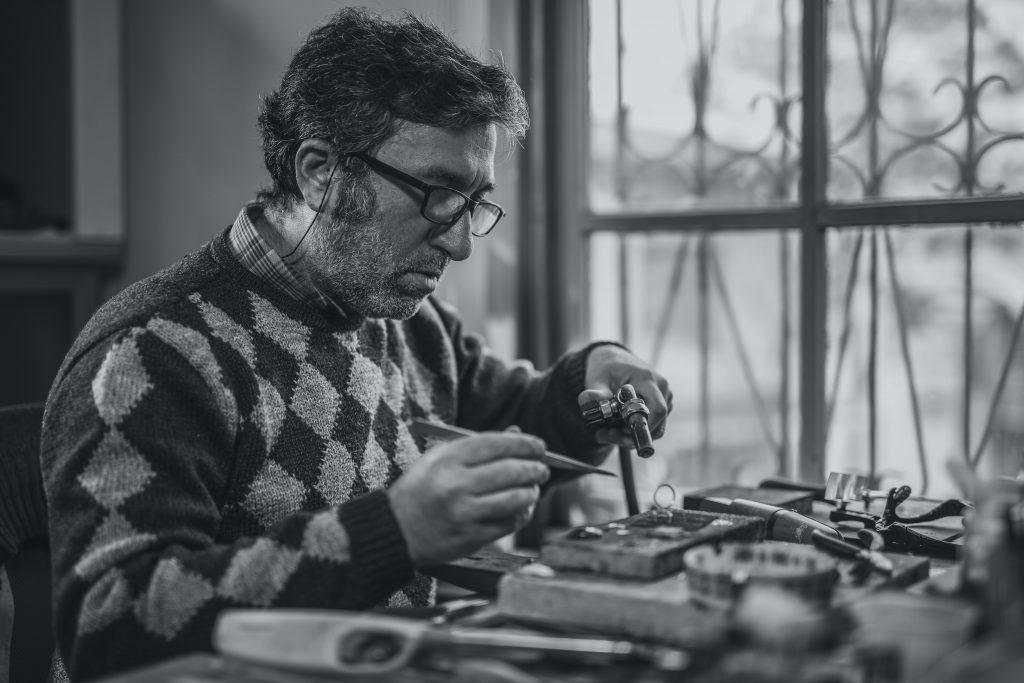 Horloger qui nettoie et répare une montre