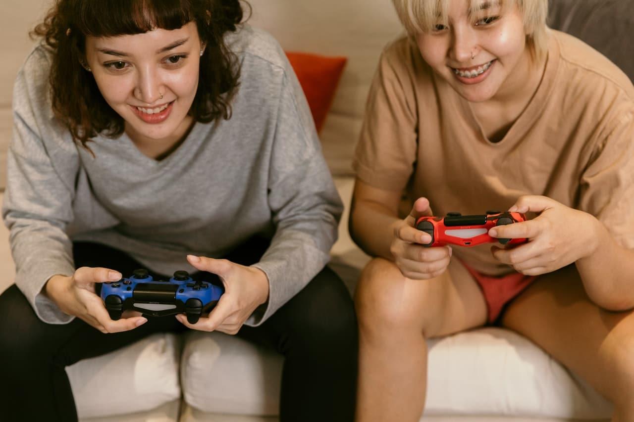 Deux femmes qui jouent aux jeux vidéo