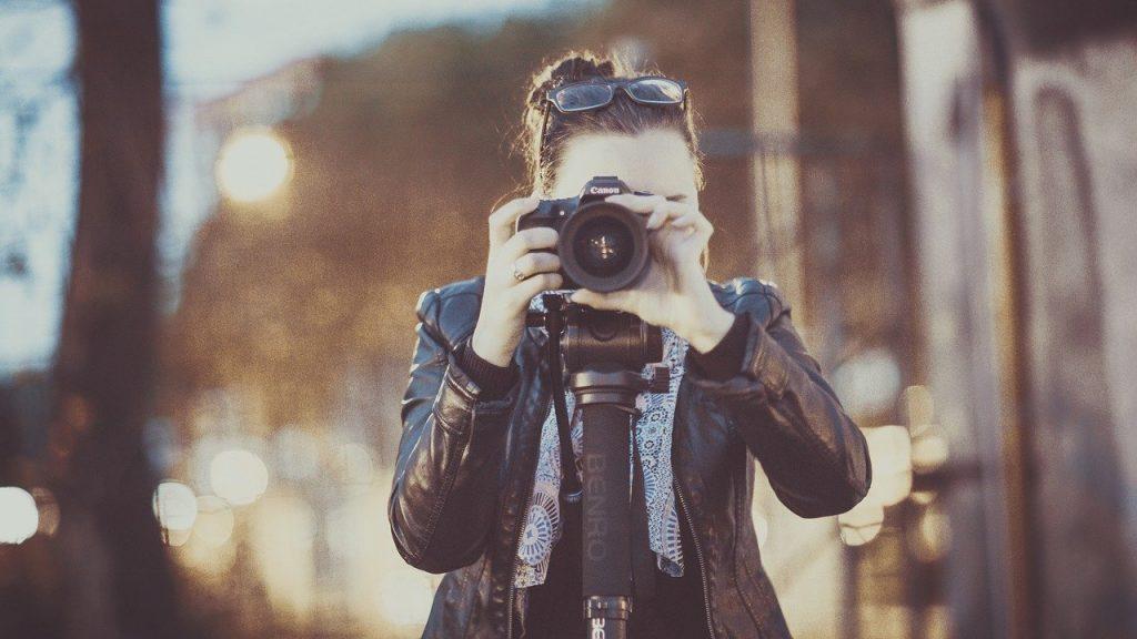 femme avec un appareil photo de face